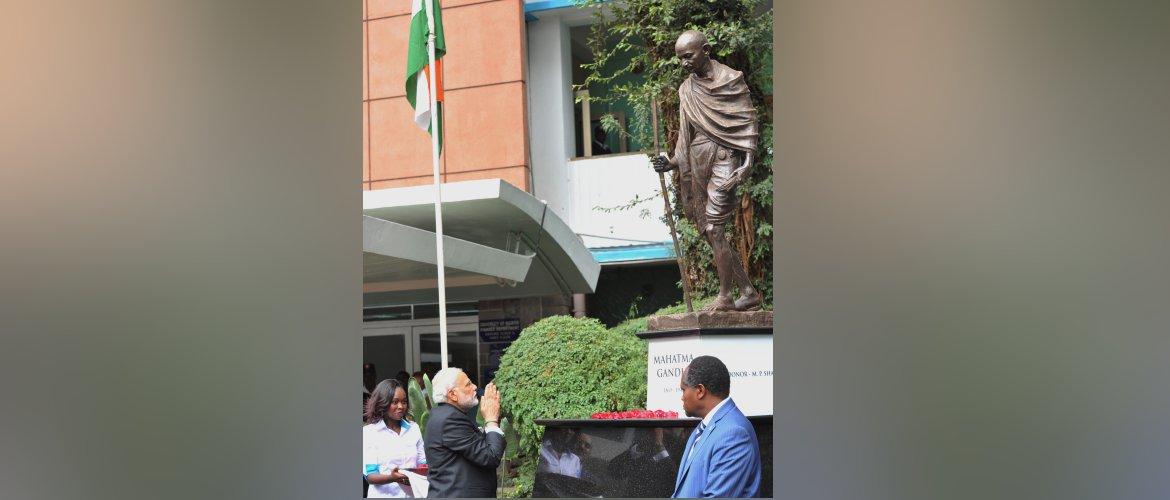 PM Narendra Modi on 11th July, 2016 offered floral tributes at the statue of Mahatma Gandhi at the University of Nairobi.